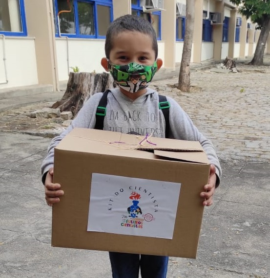 Os pequenos receberam kits da colônia de férias Futuros Cientistas.