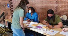 Voluntária da pesquisa sendo atendida no posto de vacinação da Uerj contra a Covid-19